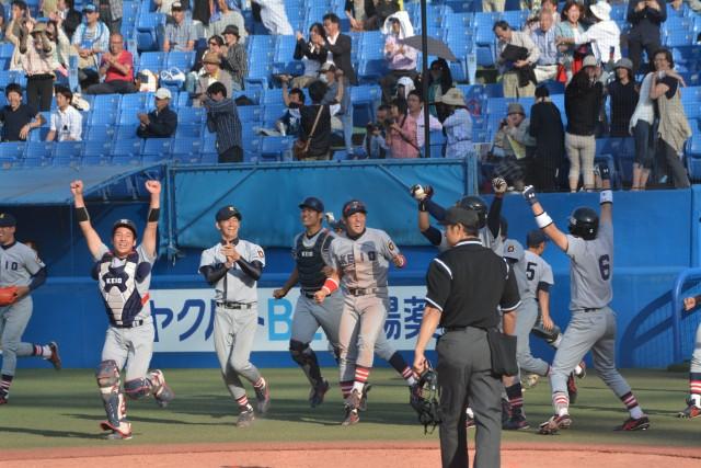 0510法政① サヨナラ勝利を喜ぶベンチ