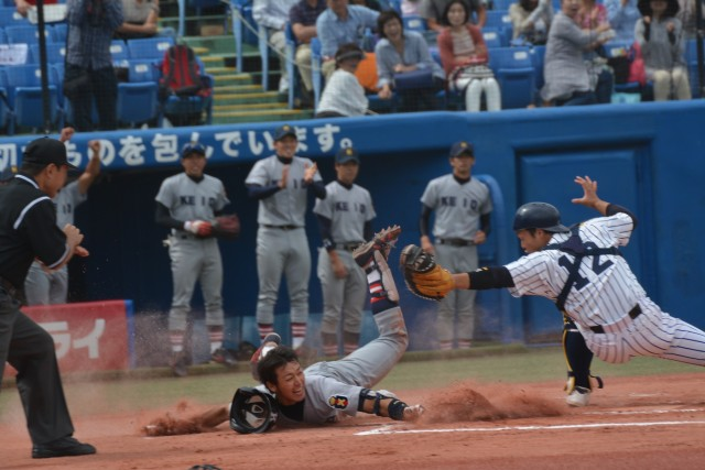 0927立教① ランニングホームランで本塁に飛び込む山本泰