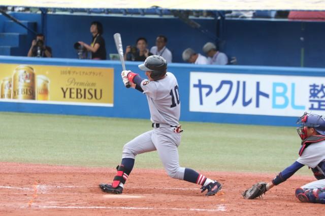 逆転勝利を引き寄せる二塁打を放った主将の重田