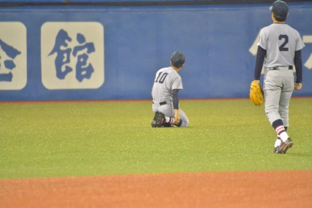 呆然と打球を見送る重田