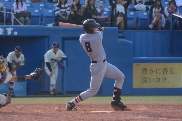 0923明大②今季3本目となる本塁打を放ち、3点を返した中村