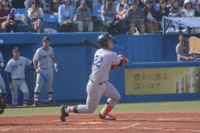 1029早稲田③4回裏、2点本塁打を放った郡司